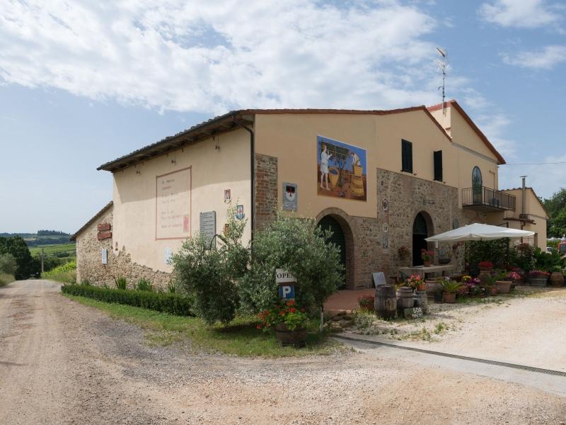 Azienda Agricola Casanuova - la  facciata lungo la Via Francigena