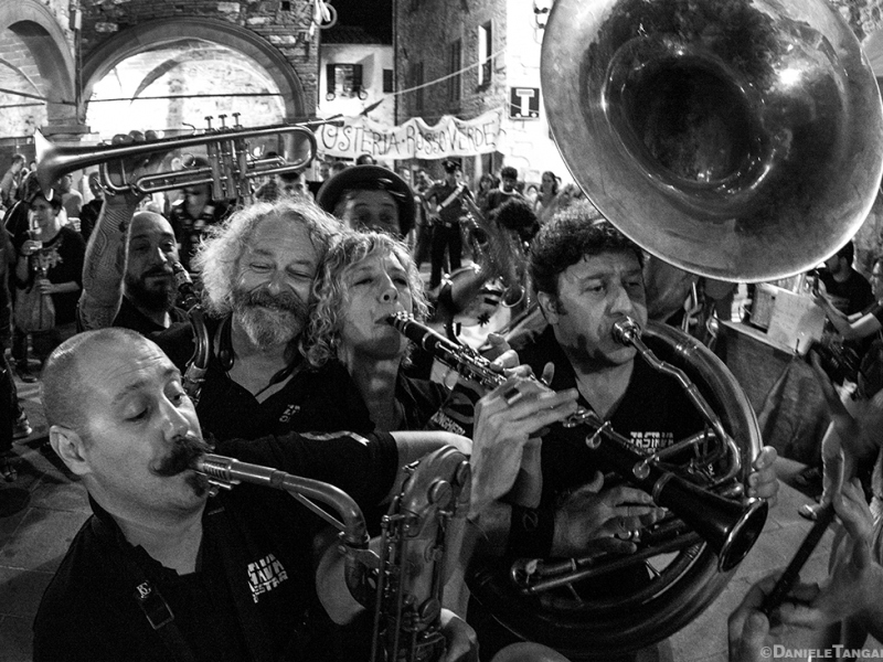 Zastava Orkestar attesa al Palio delle Contrade