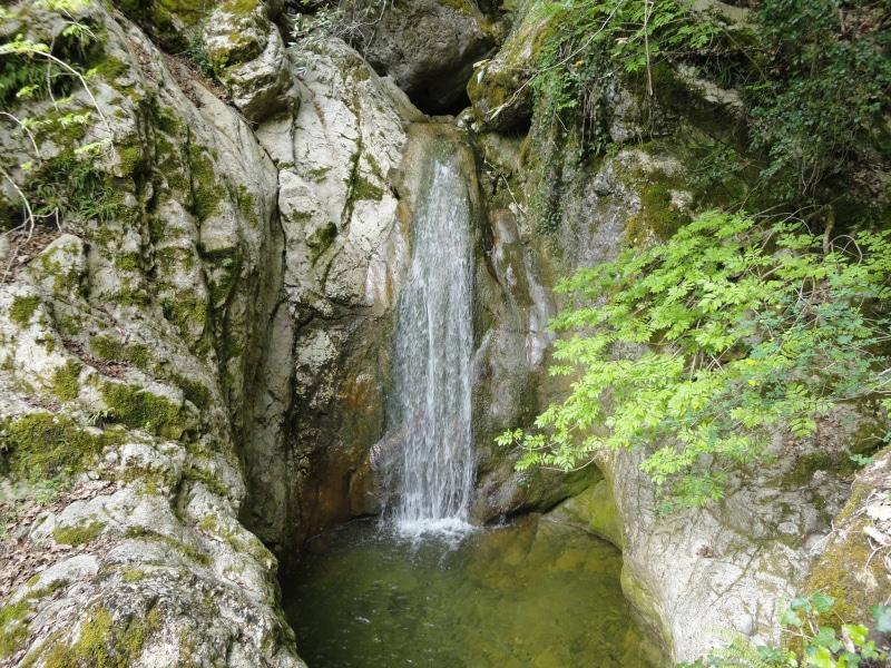 Nel bosco, le cascate verso le grotte di Maurizio